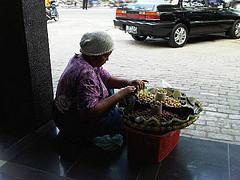 ibu penjual kacang